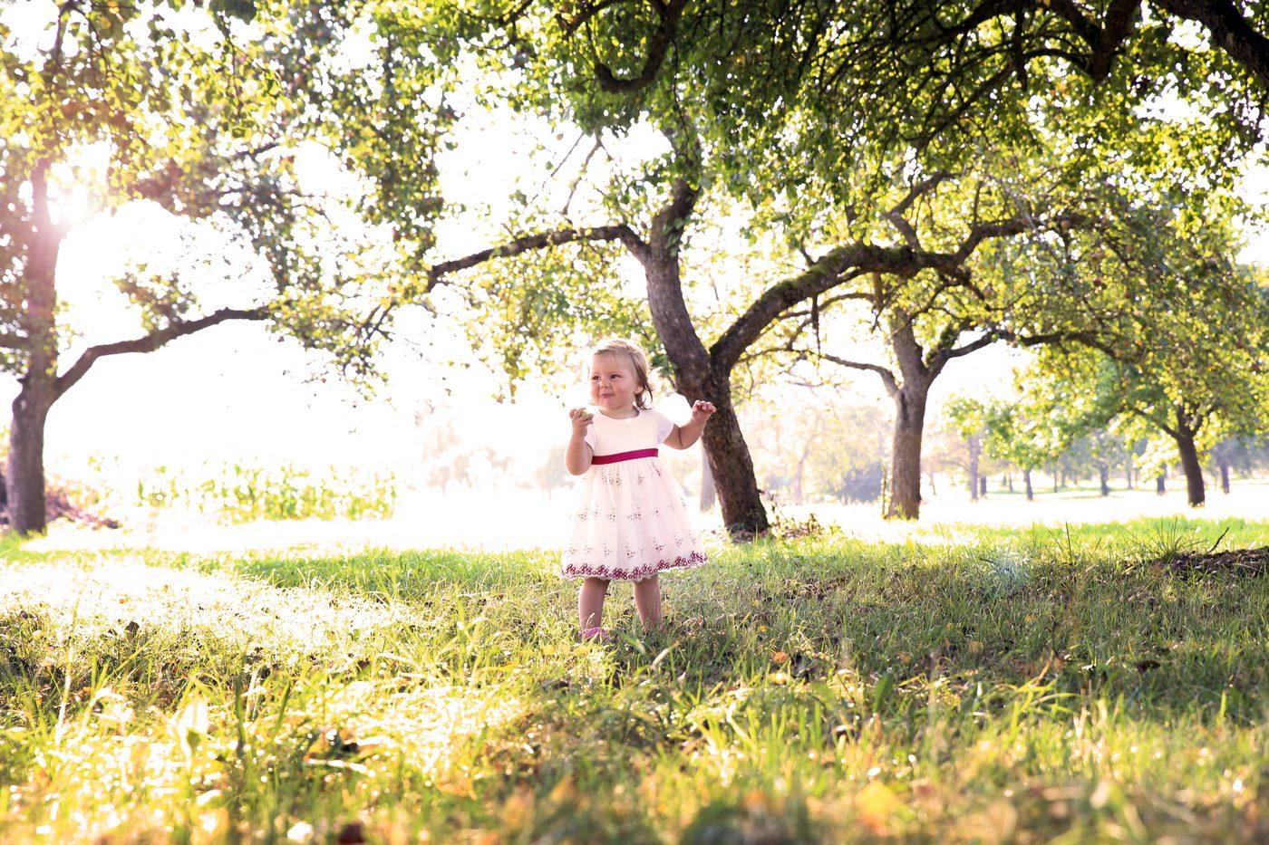 Kleinkind in Obstwiede fotografiert