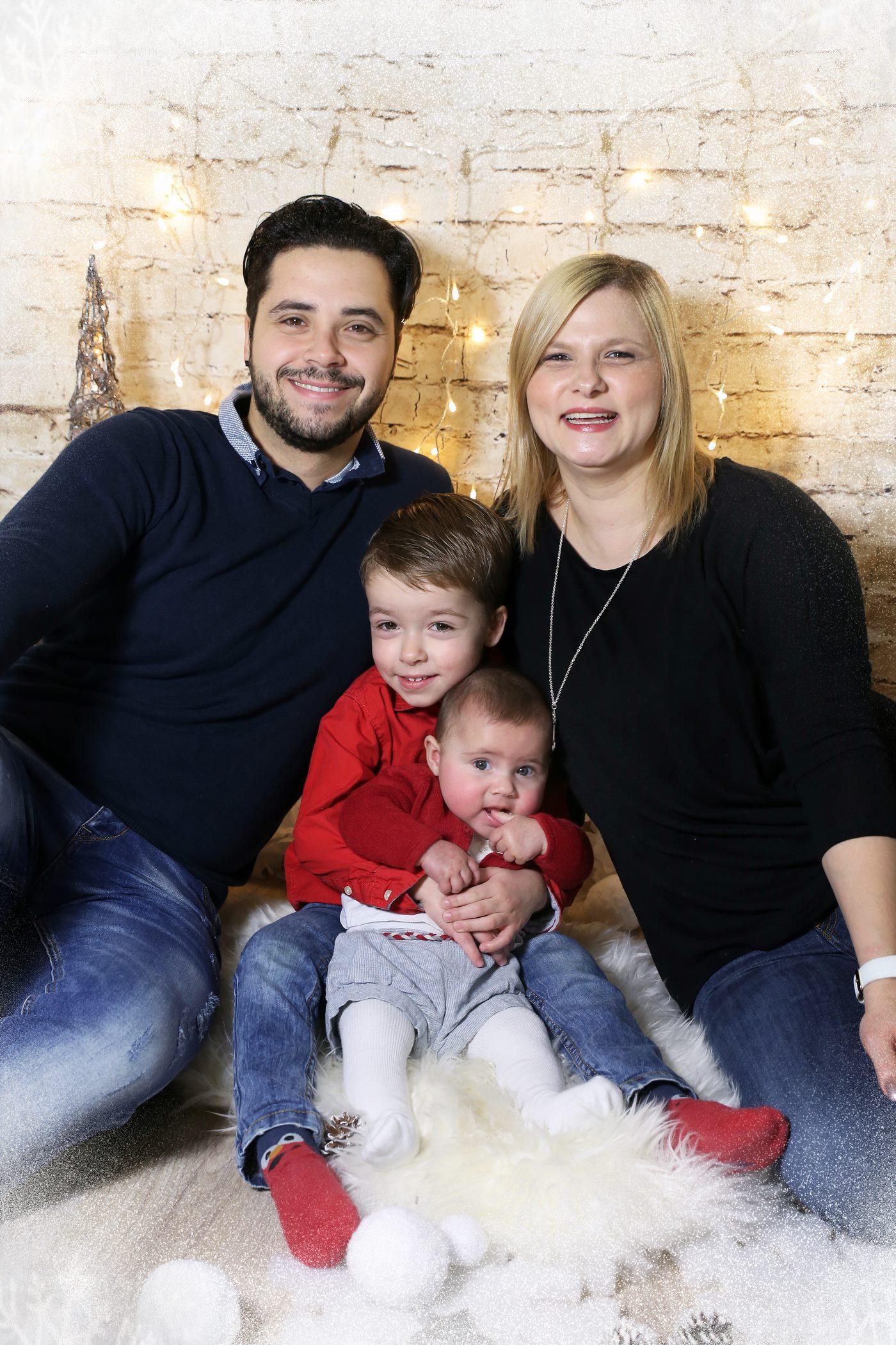 Familie im Studio zur Weihnachtsaktion fotografiert