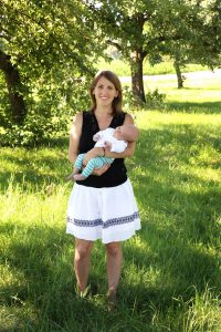 Muter mit Kleinkind auf dem Arm beim Familienshooting fotografiert
