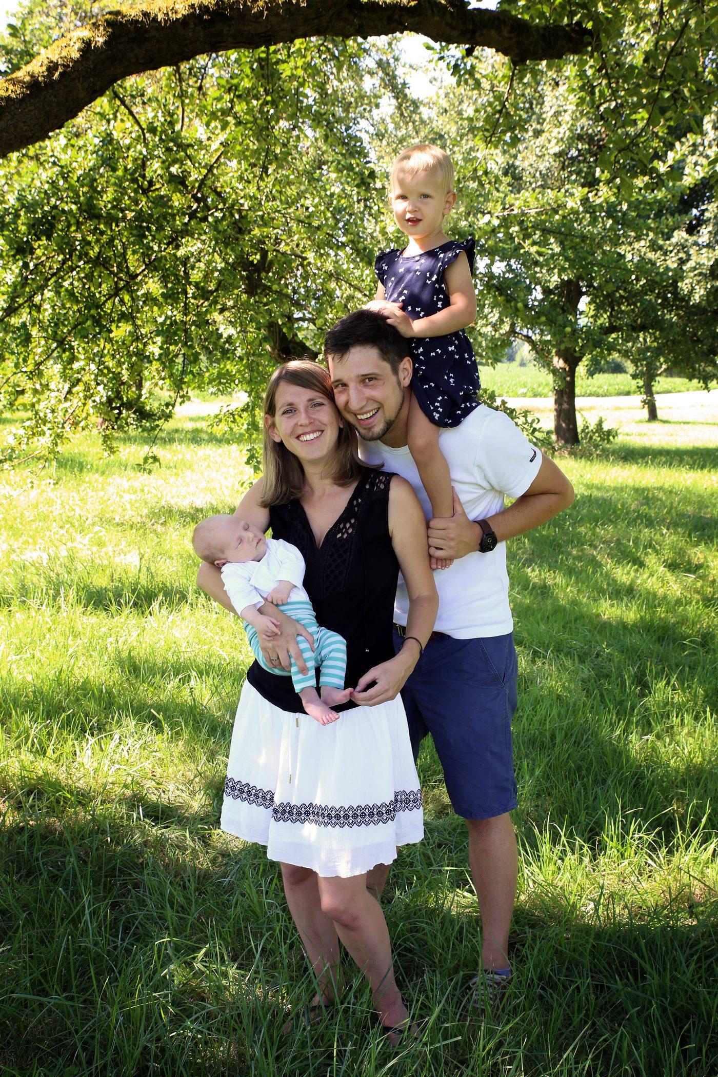 Familie im Gras stehend beim Familienshooting
