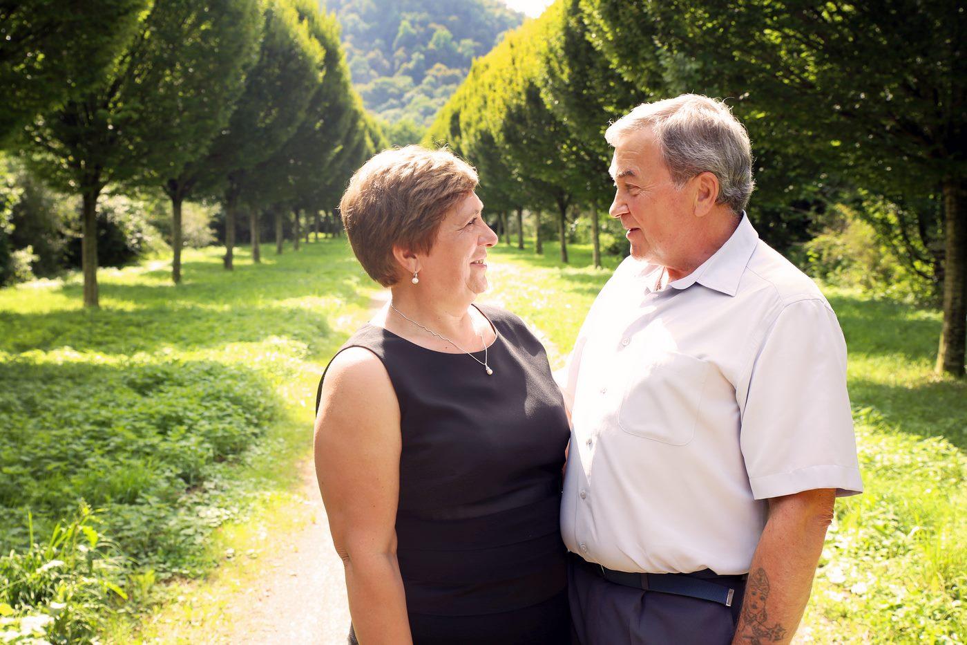 älteres Ehepaar beim Familienshooting vor Baumallee