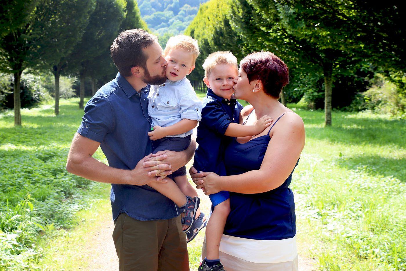 Familienshooting vor Baumallee mit zwei Kindern