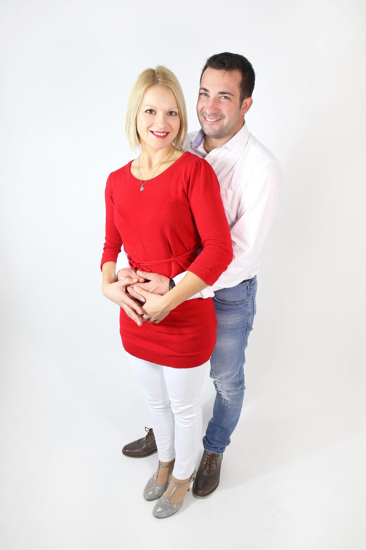 Lachendes Ehepaar in Fotostudio