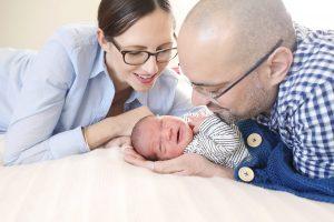 Mutter und Vater betrachten glückliches Baby
