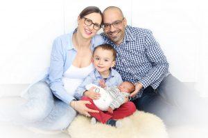 Familienfoto von einem Familienshooting in Farbe mit Baby