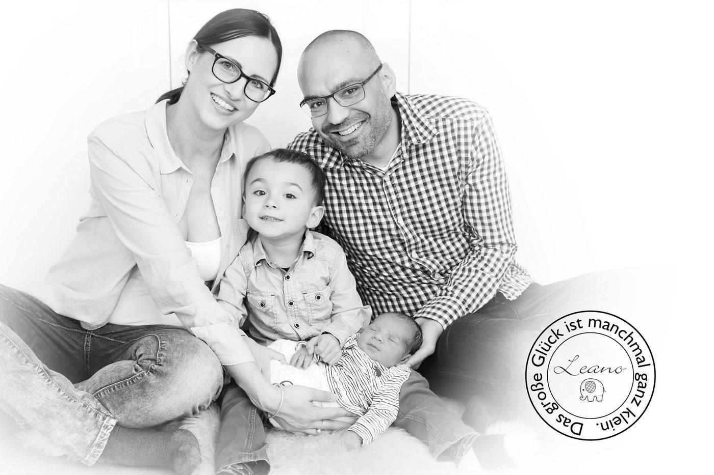 Familienfoto schwarz-weiß mit Baby und Namenslogo