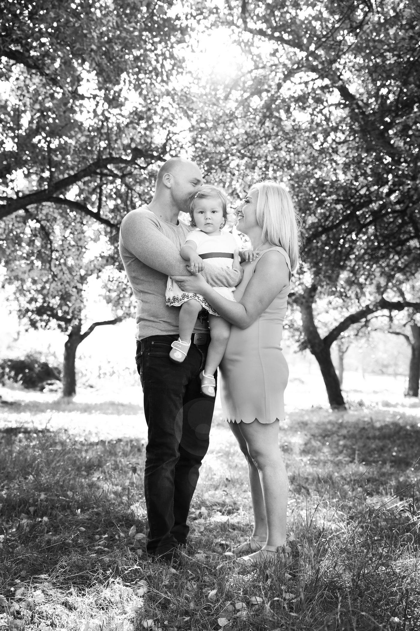 Familienshooting unter Obstbäumen in schwarzweiß