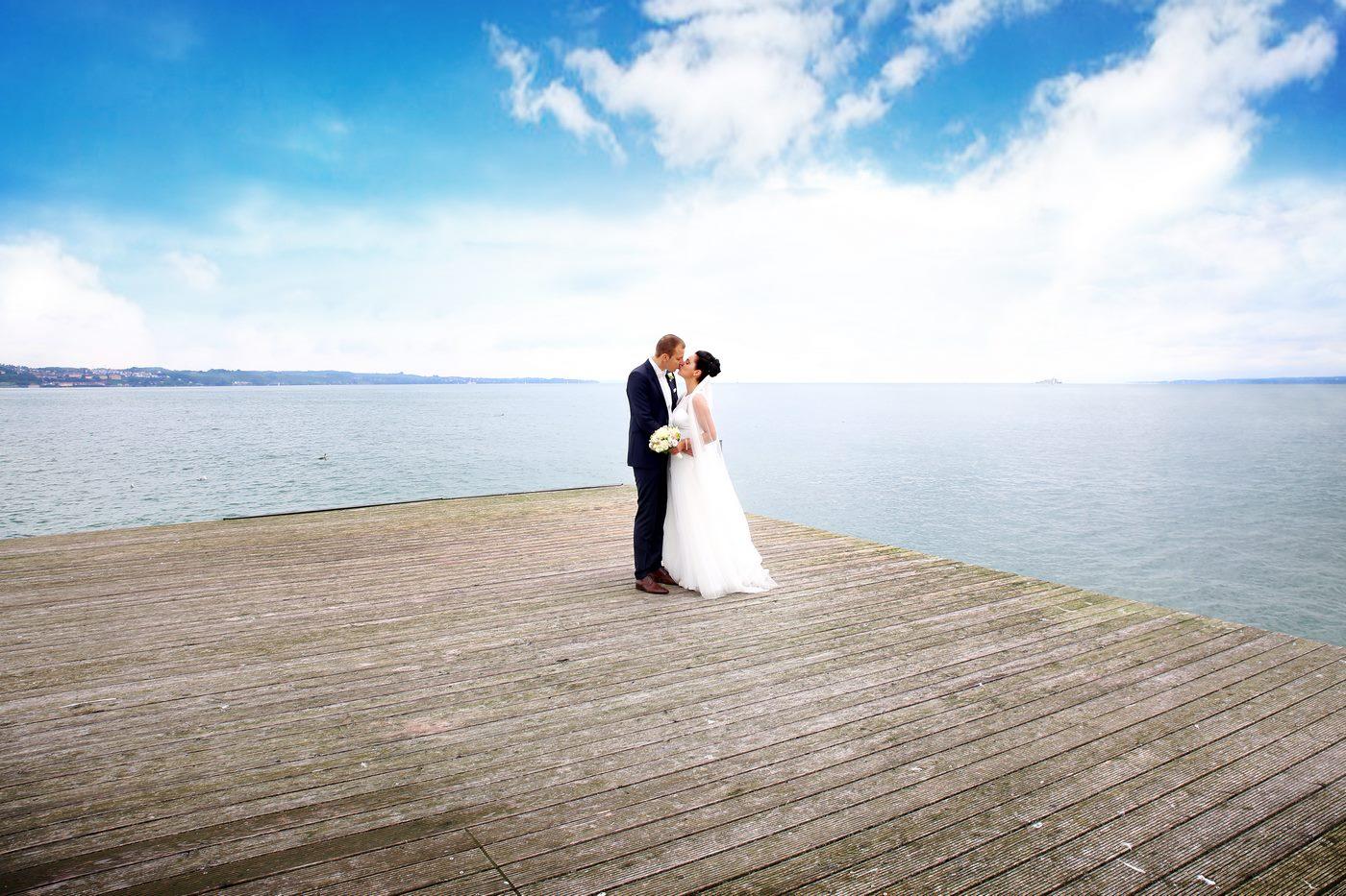 Brautpaar steht auf Floss inmitten des Bodensees