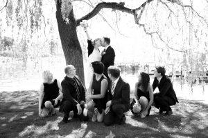 Braut in Siegerpose mit Eltern und Trauzeugen in schwarz-weiß fotografiert