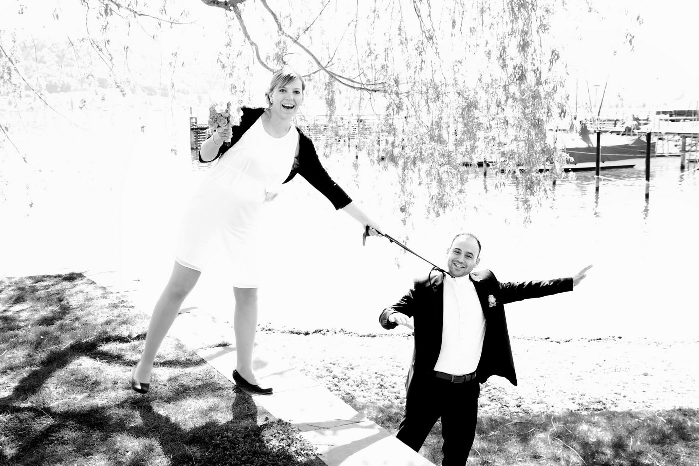 Braut schnappt sich Bräutigam an der Krawatte