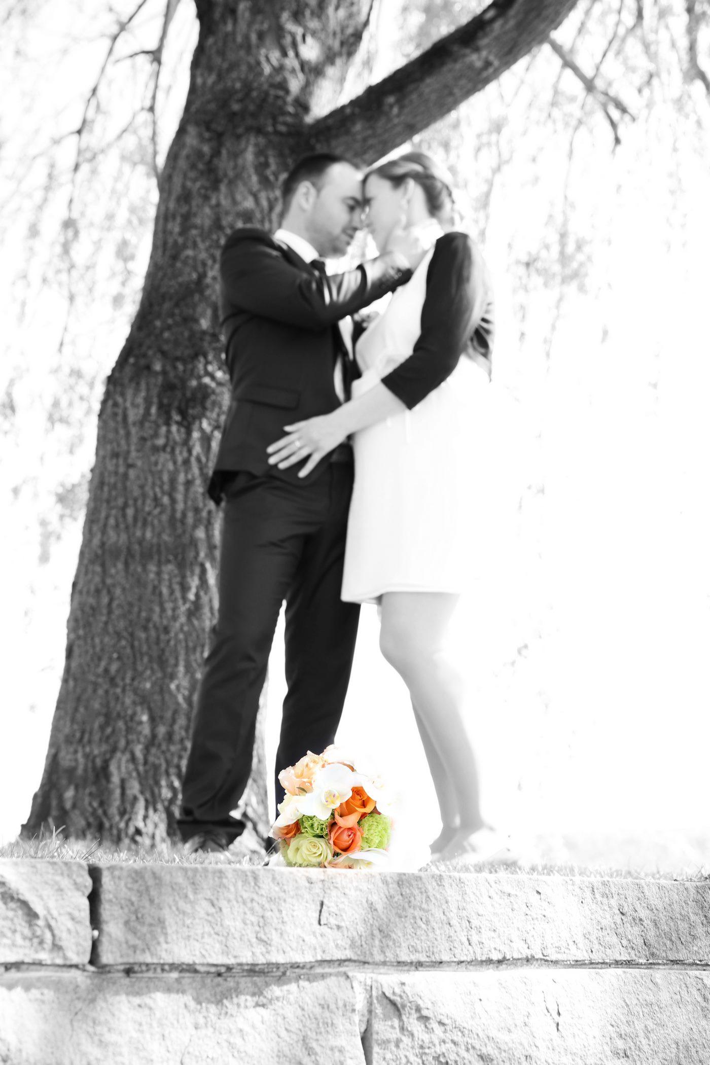 Brautpaar mit Brautstrauß zu Füßen