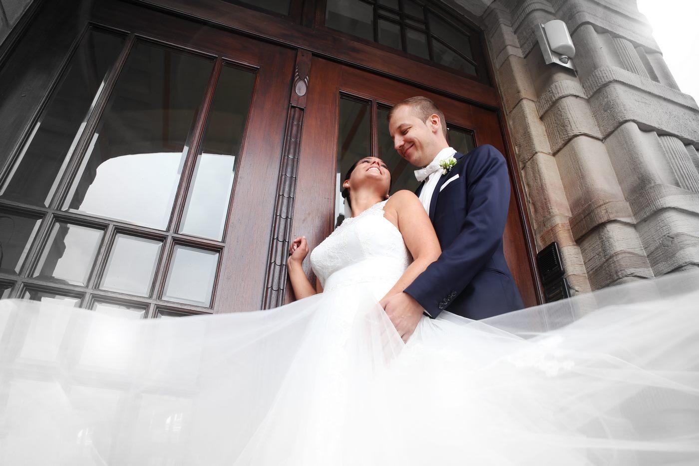 Brautpaar vor Kirchentor