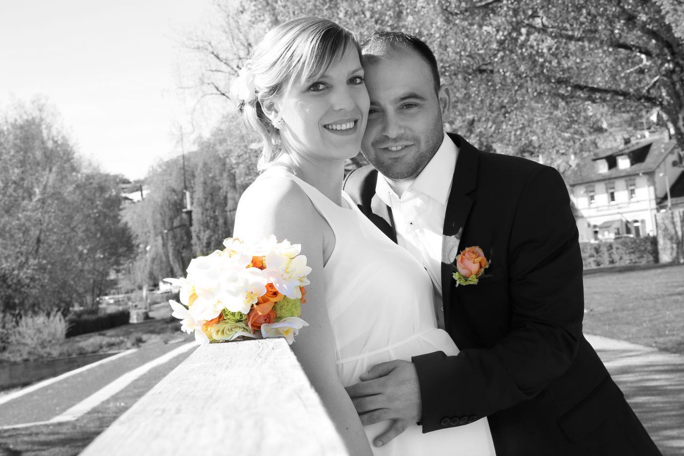 Brautpaarshooting in schwarzweiß mit farbigen Blumen