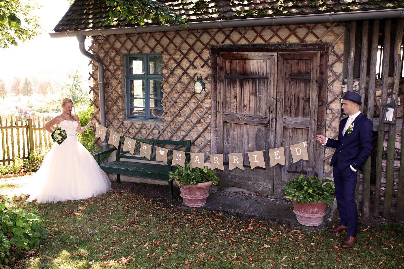 Just married Jute Fahne vor Jagdhütte