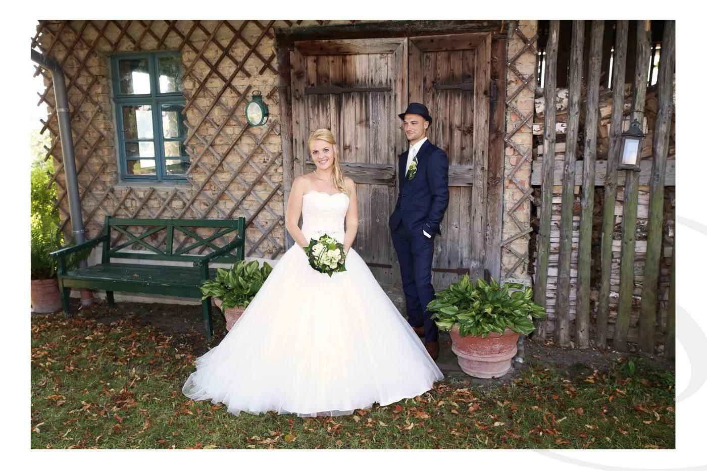 Brautpaar vor Jagdhütte