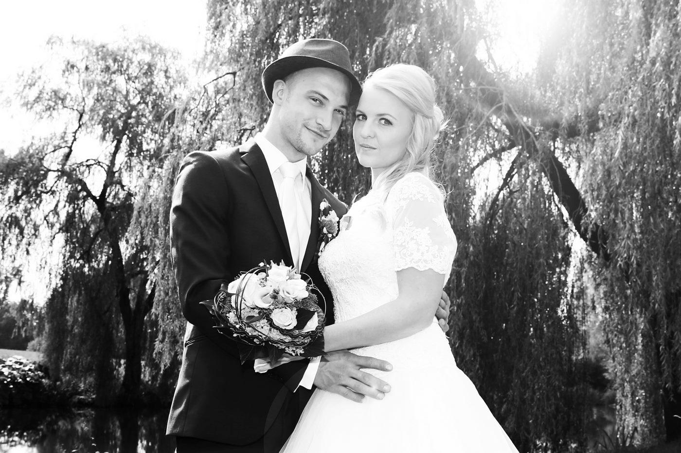 Brautpaar in schwar´z-weiß vor einer großen Linde fotografiert