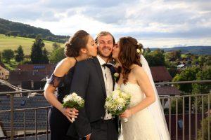 Bräutigam wird geküsst