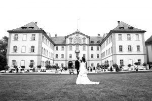 Brautpaar vor dem Schloss beim Fotoshooting auf der Insel Mainau am Bodensee