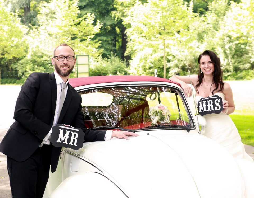 VW Käfer mit Brautpaar beim Fotoshooting auf der Insel Mainau am Bodensee