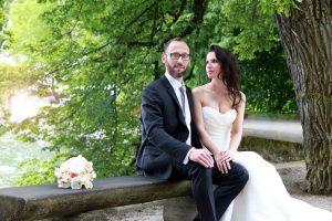 Brautpaar sitzend auf Bank auf der Insel Mainau Braut schaut Ehemann an
