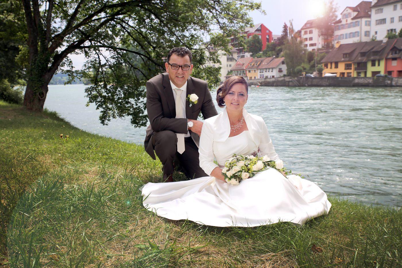 Brautpaar im Gras Hochzeitsshooting in Diessenhofen am Rhein Schweiz