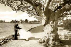 Brautpaar am Ufer des Bodensee in Sepia