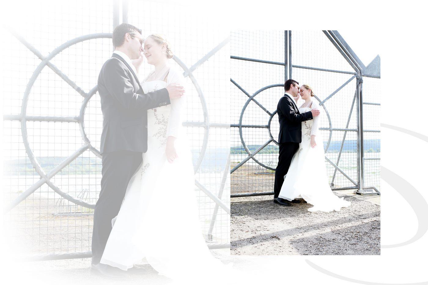 Brautpaar sieht sich an und lacht dabei vor einem Tor