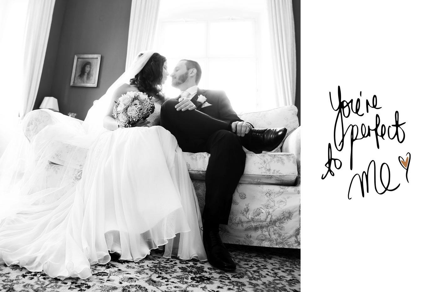 Foto eines Brautpaares in schwwarzweiß mit Schriftzug