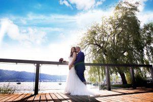 Brautpaar umschlungen am Bodensee