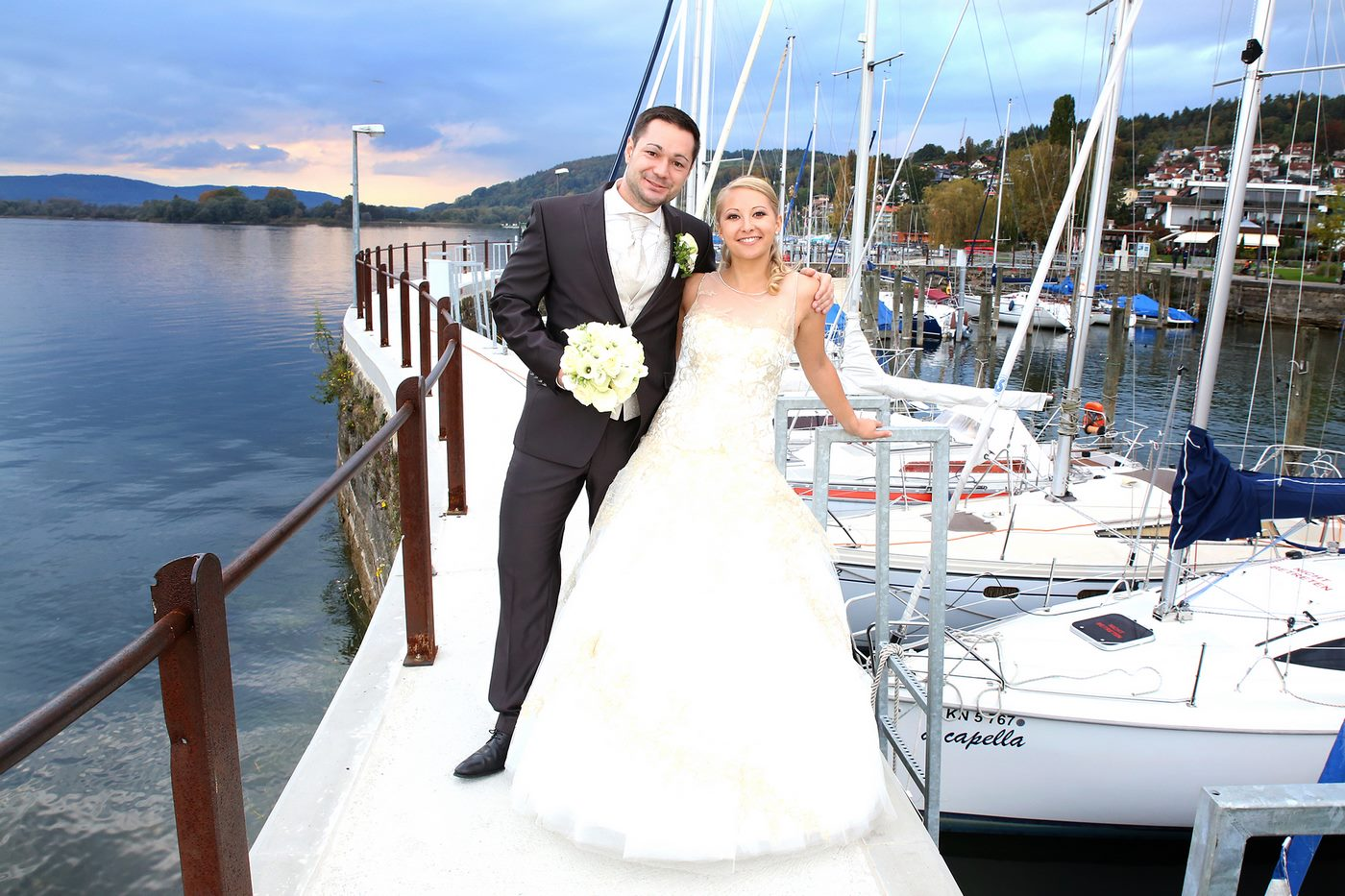 Brautpaar auf Bootssteg am Bodensee fotografiert