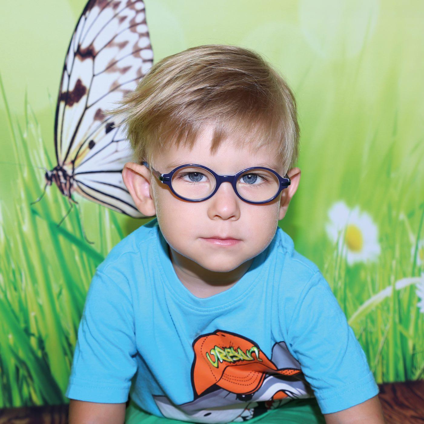 Junge mit Brille beim Kindergartenshooting