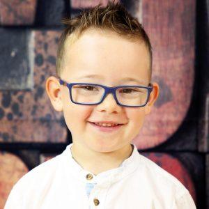 Junge schaut in die Kamera während Kindergarten Fotoshooting