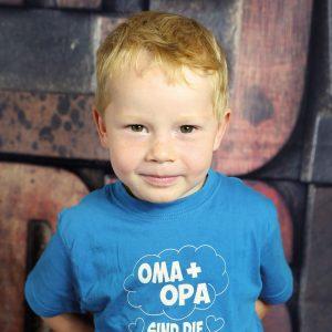 Junge mit Sommersprossen fotografiert im Kindergarten