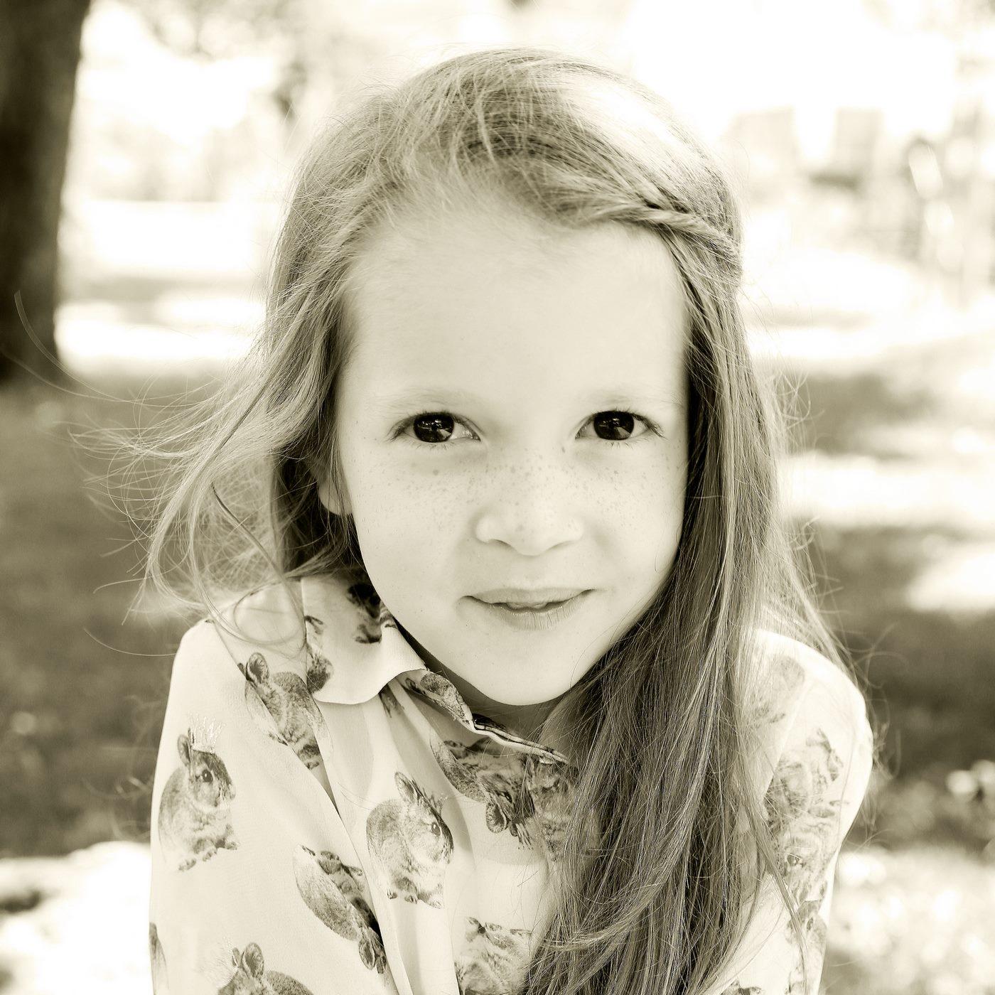 Mädchen in Sepia fotografiert im Kindergarten