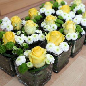 Kleine Blumengestecke in Gelb Grün Weiß