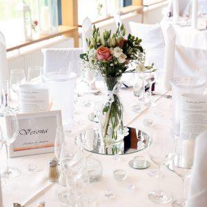 Hochzeitsdekoration mit Tischnummern und Kristallen