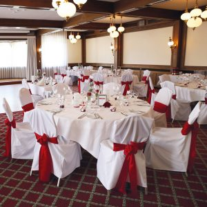 Hochzeitsdekoration in Rot mit rotem Teppich
