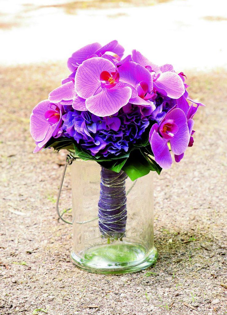 Lila Brautstrauß in Vase