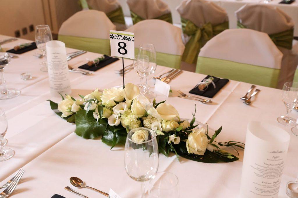 Blumengesteck auf Hochzeitstisch mit Tischnummer 8 in der Mitte