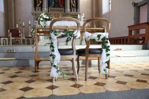 Organza Stoffbänder an den Brautpaar Stühlen in der Kirche