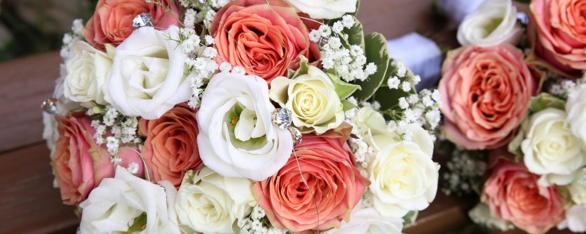 Blumensträuße auf Holzbank mit Diamanten