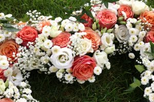 Blumenherz liegend in Wiese als Autoschmuck angeschnitten