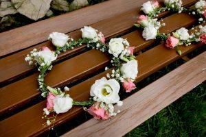 Blumenhaarreif Blumenkranz für den Kopf in weiß-rosa