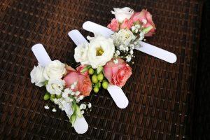 Blumenarmbänder für die Brautjungfern