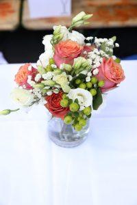 Kleines Blumentischgesteck zur Hochzeit in Vase