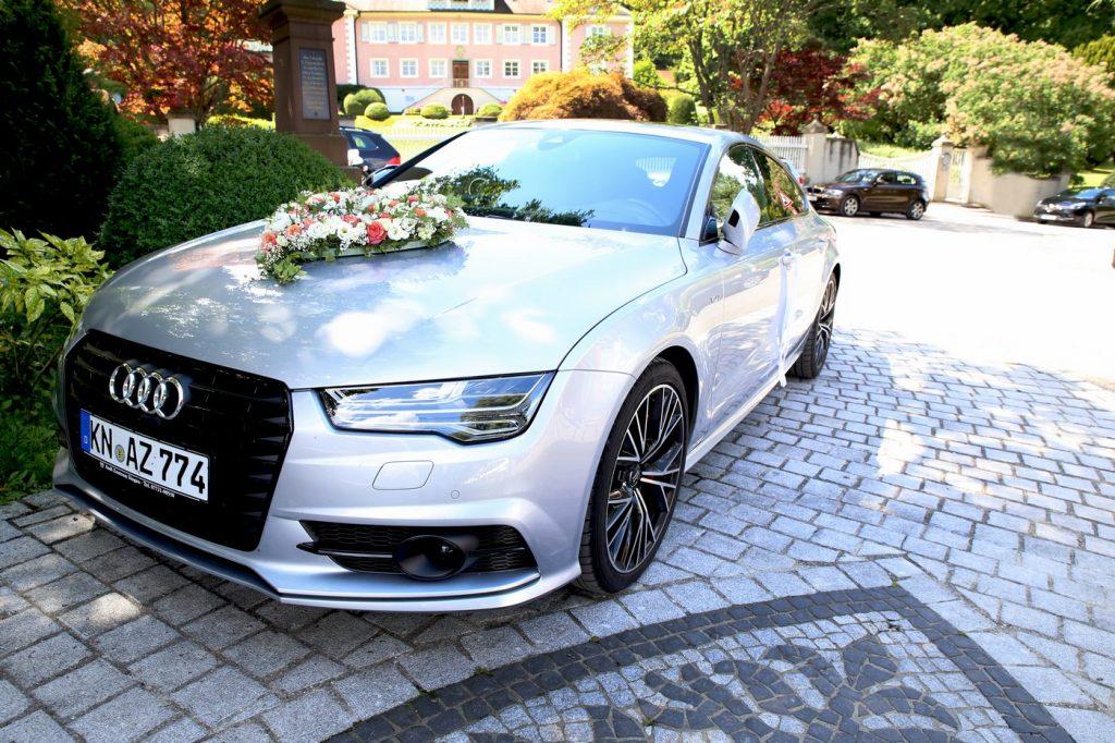 Blumenschmuck in Herzform auf Audi A7 in silber