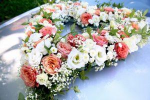 Auto Blumenschmuck in Herzform zur Hochzeit