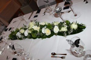Längliches Blumengesteck in weiß gehalten