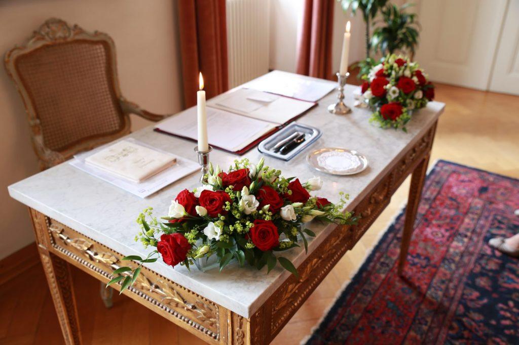 Blumenstrauß im Standesamt an den Ecken des Tisches