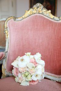 Blumenstrauß auf sehr altem Stuhl